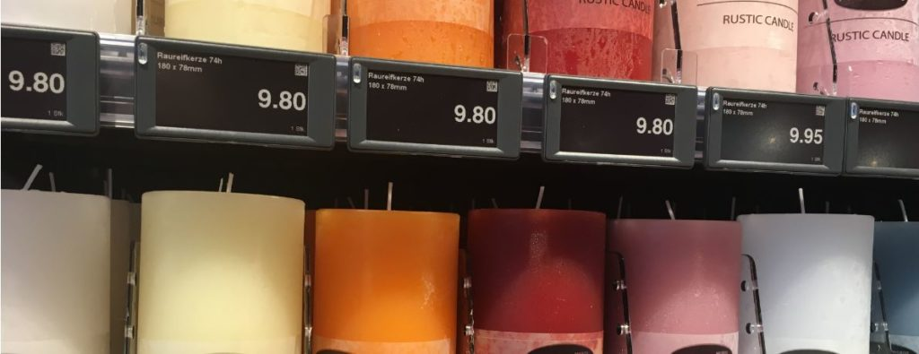 Regal mit Dekoartikel und digitalen Shelf Labels